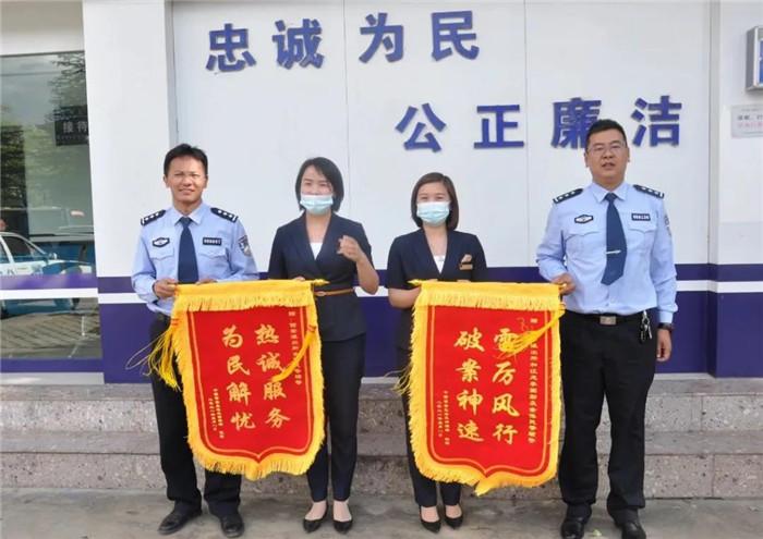 丽江古城警察蜀黍收到4家店铺联名写的感谢信和锦旗