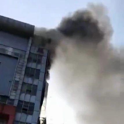 东莞一酒店广告牌突然起火,只因这个操作…