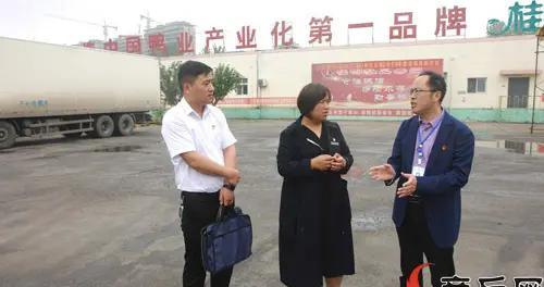 纪委监委工作人员在桂柳牧业集团走访