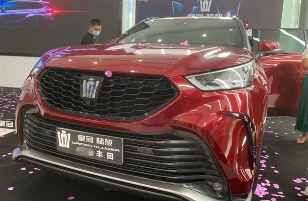 全新丰田皇冠陆放展车实拍,外观颜值还好,第三排地板略高