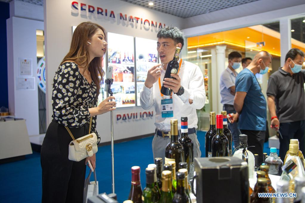 An exhibitor (2nd L) promotes Serbian wine products at the 2nd China-Central and Eastern European Countries (CEEC) Expo in Ningbo, east China's Zhejiang Province, June 8, 2021. The 2nd China-CEEC Expo opened in Ningbo on Tuesday. (Xinhua/Jiang Han)