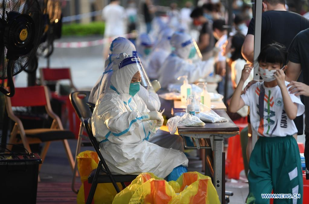 Medical workers collect swab samples from residents for COVID-19 nucleic acid testing in Liwan District of Guangzhou, south China's Guangdong Province, June 8, 2021. A new round of mass testing in high-risk areas of Baihedong Street and Zhongnan Street in Guangzhou started on Tuesday. (Xinhua/Deng Hua)