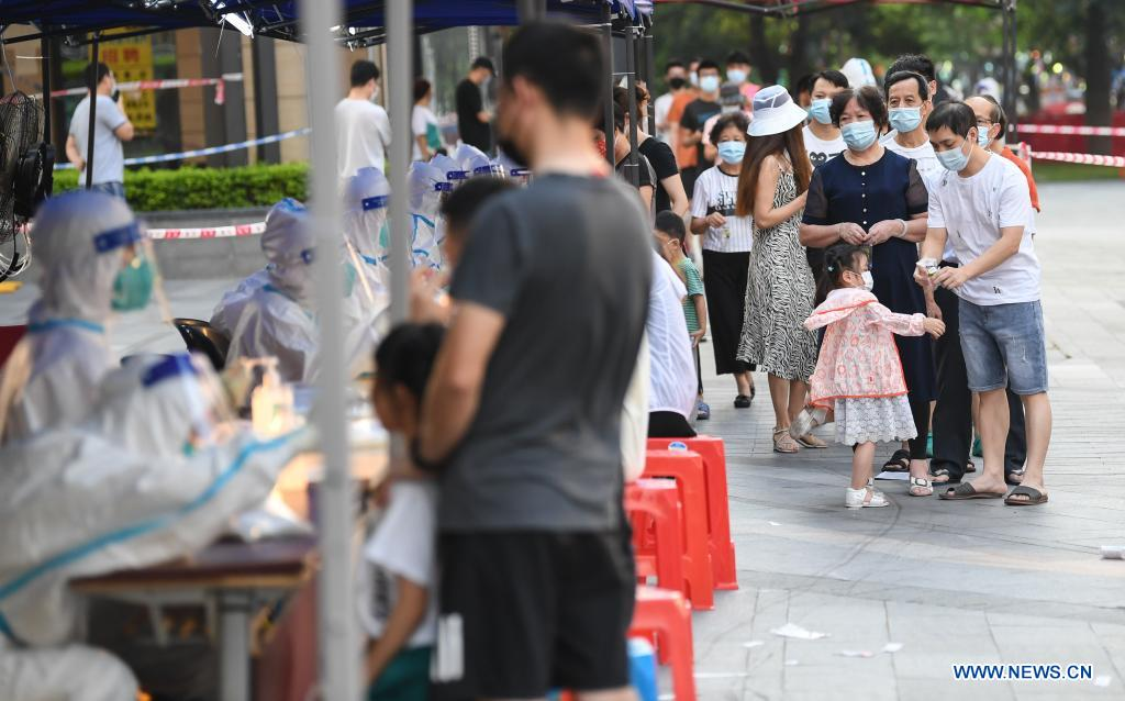 People wait for COVID-19 nucleic acid testing in Liwan District of Guangzhou, south China's Guangdong Province, June 8, 2021. A new round of mass testing in high-risk areas of Baihedong Street and Zhongnan Street in Guangzhou started on Tuesday. (Xinhua/Deng Hua)