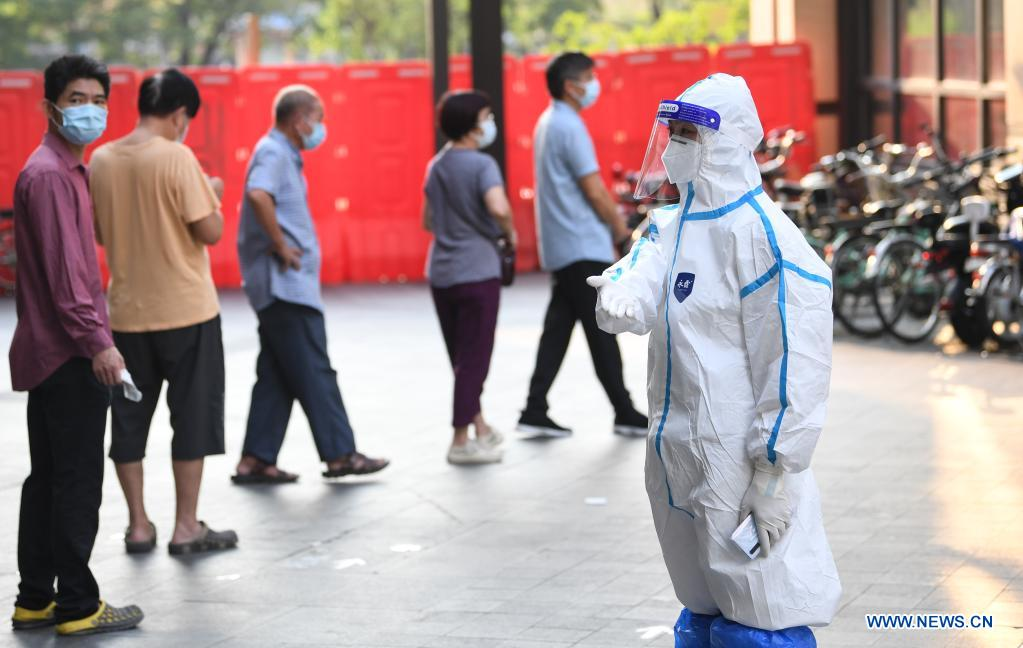 A volunteer guides residents at a COVID-19 nucleic acid testing site in Liwan District of Guangzhou, south China's Guangdong Province, June 8, 2021. A new round of mass testing in high-risk areas of Baihedong Street and Zhongnan Street in Guangzhou started on Tuesday. (Xinhua/Deng Hua)
