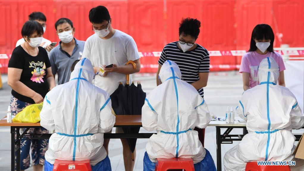 People have their information registered before COVID-19 nucleic acid testing in Liwan District of Guangzhou, south China's Guangdong Province, June 8, 2021. A new round of mass testing in high-risk areas of Baihedong Street and Zhongnan Street in Guangzhou started on Tuesday. (Xinhua/Deng Hua)