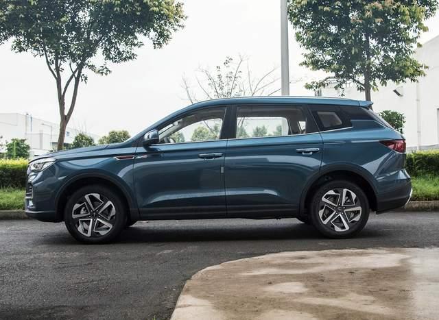 中国重汽首款SUV实车亮相,5/6/7座都有,搭载长城蜂巢2.0T动力