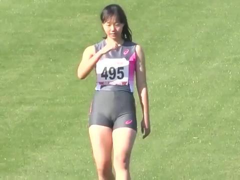 田径女子跳高比赛精彩瞬间,相当专业,腿部还是很有力量的!