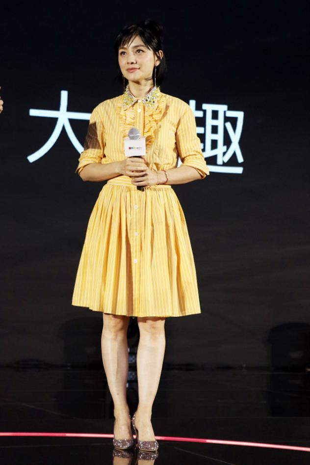 """胡可真""""嫩""""呀!穿黄色衬衫裙甜美娇俏,一看就是被沙溢宠出来的"""