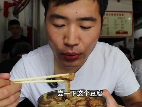 一口大锅900人吃,10元一碗,却被说像猪吃的!小伙远赴千里试吃