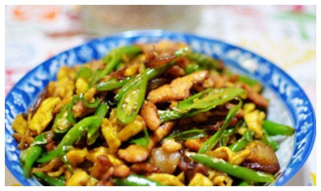 做青椒炒肉,炒熟后别着急出锅,加点最便宜荤菜,色香味全好下饭