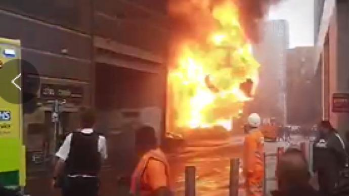 英国伦敦一处地铁站起火爆炸