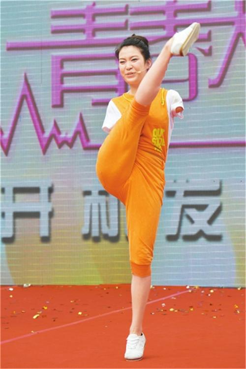 """""""独臂女孩""""雷庆瑶:17岁成明星,30岁登上时装秀T台逆袭成女神"""
