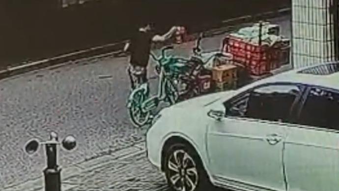 男子偷整箱可乐被行拘