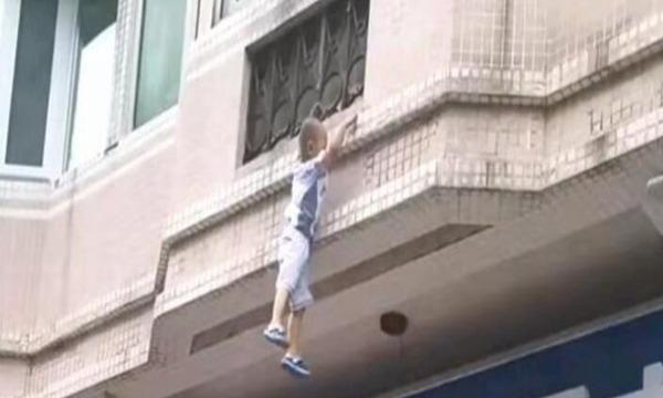 众人托举窗帘接住坠楼男童,男孩真是福大命大父母积了大德了