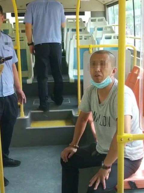 滨州 男子坐公交拒不付钱,称在青岛济南打个招呼就完事