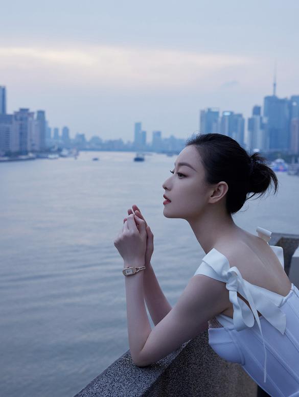 倪妮的气质感真不是吹的,一袭白色吊带连衣裙优雅温柔,美得惊艳