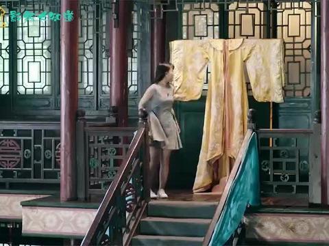 各版穿越女的皇后妆容,彩绣辉煌长裙曳地,柔柔俯身间仪态万千