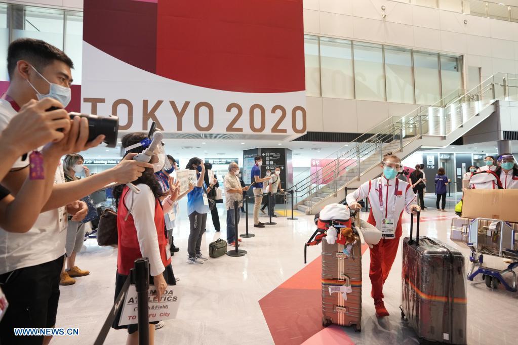 Lu Yufei (R, front) of the Chinese women's gymnastics team arrives at the Narita airport in Tokyo, Japan, July 18, 2021. (Xinhua/Li Yibo)