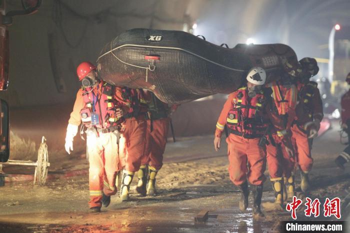 救援人员正在石景山隧道内展开救援。 林振艺 摄