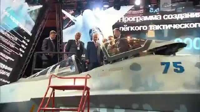 参观莫斯科航展上的苏霍伊新型单发战斗机