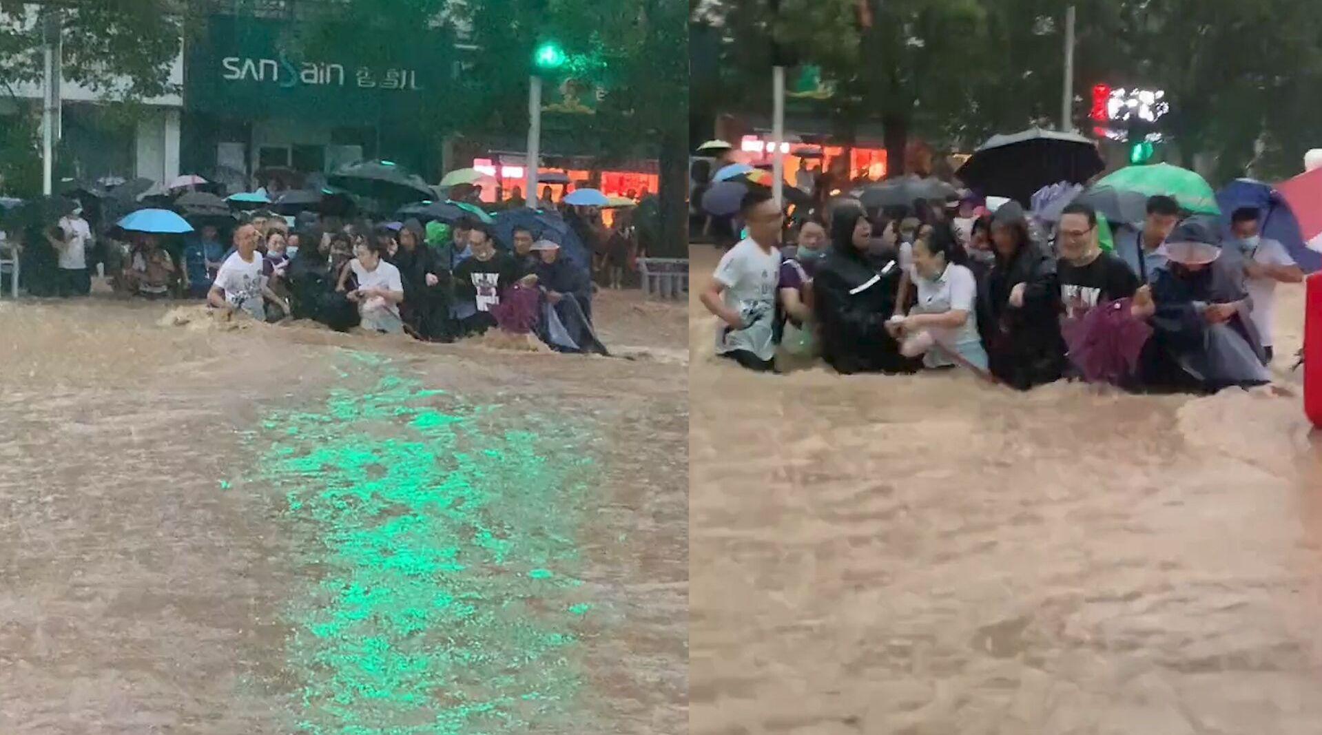 郑州暴雨街道水位齐腰又湍急,十余市民手挽手喊着口号组团过马路