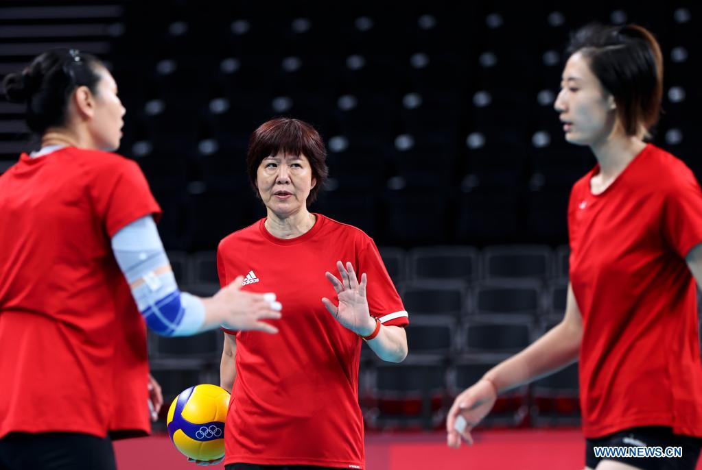 Lang Ping (C), head coach of China's women's volleyball team talks with players during a training session at Ariake Arena in Tokyo, Japan, July 21, 2021. (Xinhua/Ding Ting)