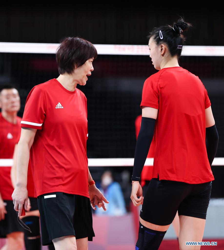 Lang Ping (L) head coach of China's women's volleyball team talks with players during a training session at Ariake Arena in Tokyo, Japan, July 21, 2021. (Xinhua/Ding Ting)