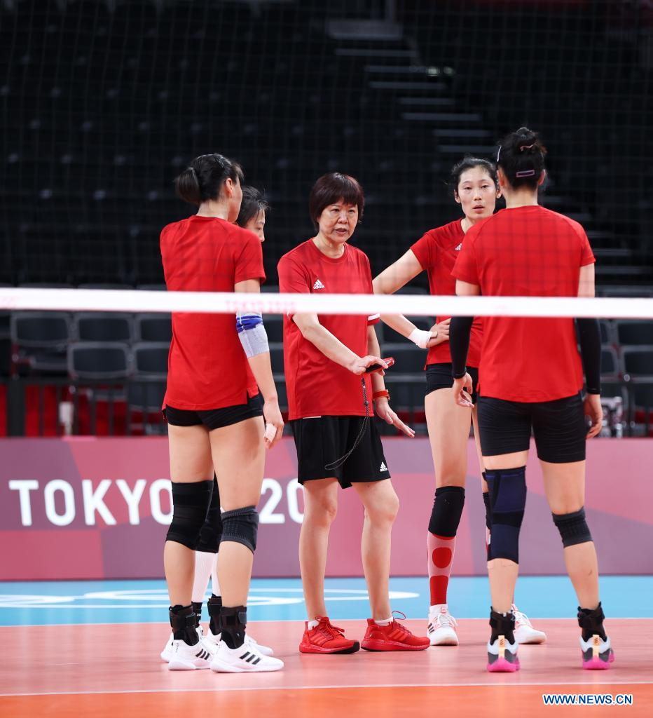 Lang Ping (C) head coach of China's women's volleyball team talks with players during a training session at Ariake Arena in Tokyo, Japan, July 21, 2021. (Xinhua/Ding Ting)