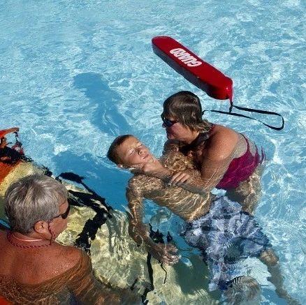 安全度暑假|防溺水!发现有人落水,青少年不可贸然下水施救