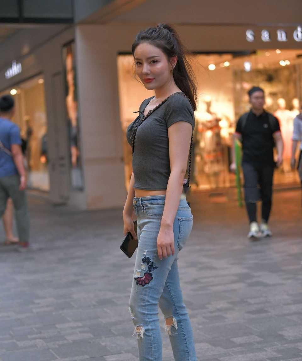 素颜美女,绣制牛仔裤,身材优美,气质优雅