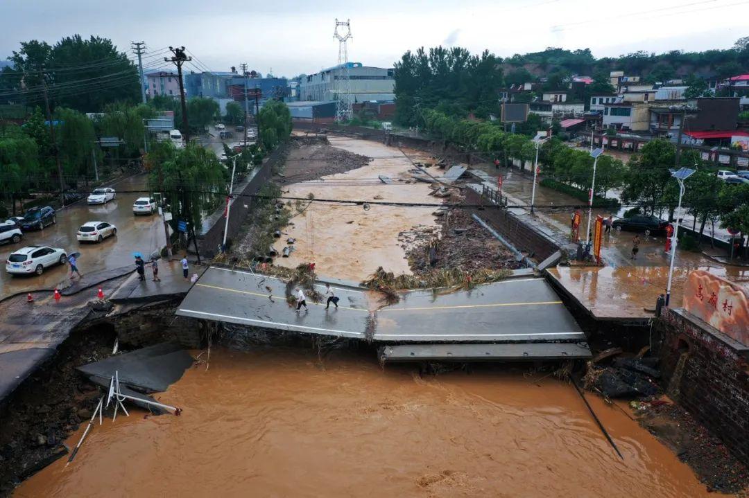 河南巩义气象局长:我不是人被洪水冲走 是连人带车图片