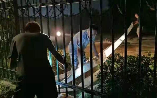 22日晚,郑果所几位博士和工作人员连夜进行排水。受访者供图