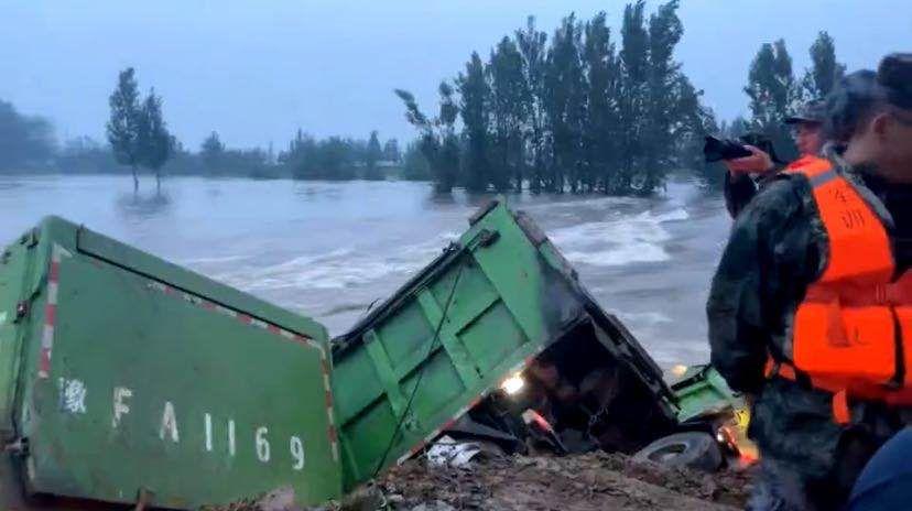 8辆渣土车投河堵决口,鹤壁卫河两处决口预计今日填堵完成图片