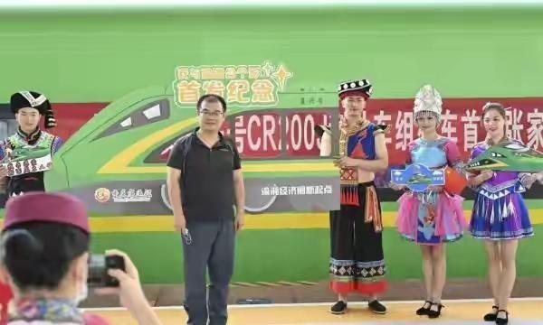 今日重庆至张家界动车开通4小时重庆直达张家界,张家界旅游走起!
