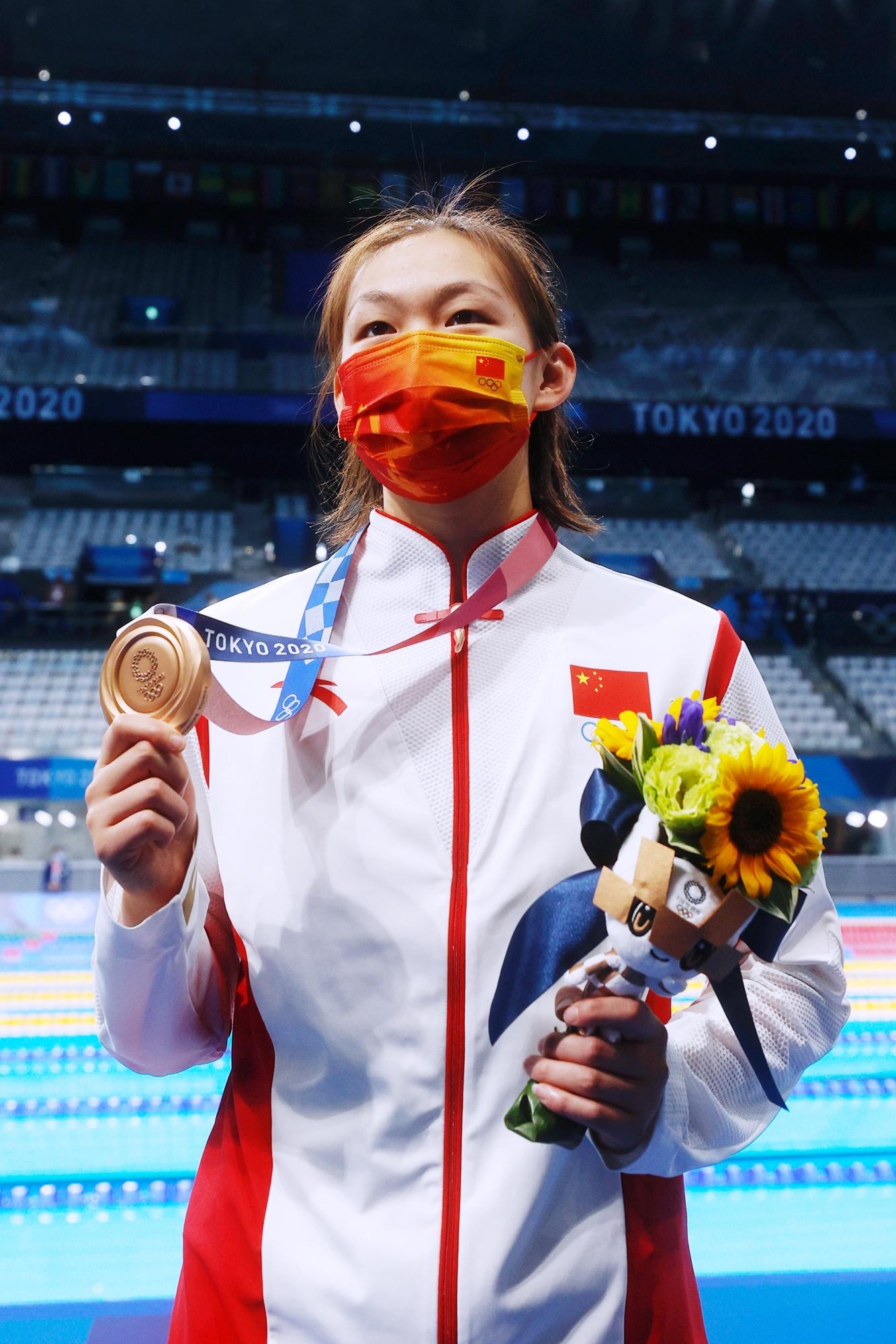 李冰洁展示铜牌。