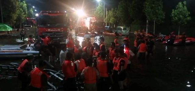 河南卫辉不眠夜:直升机转移村民 冲锋舟彻夜救援图片