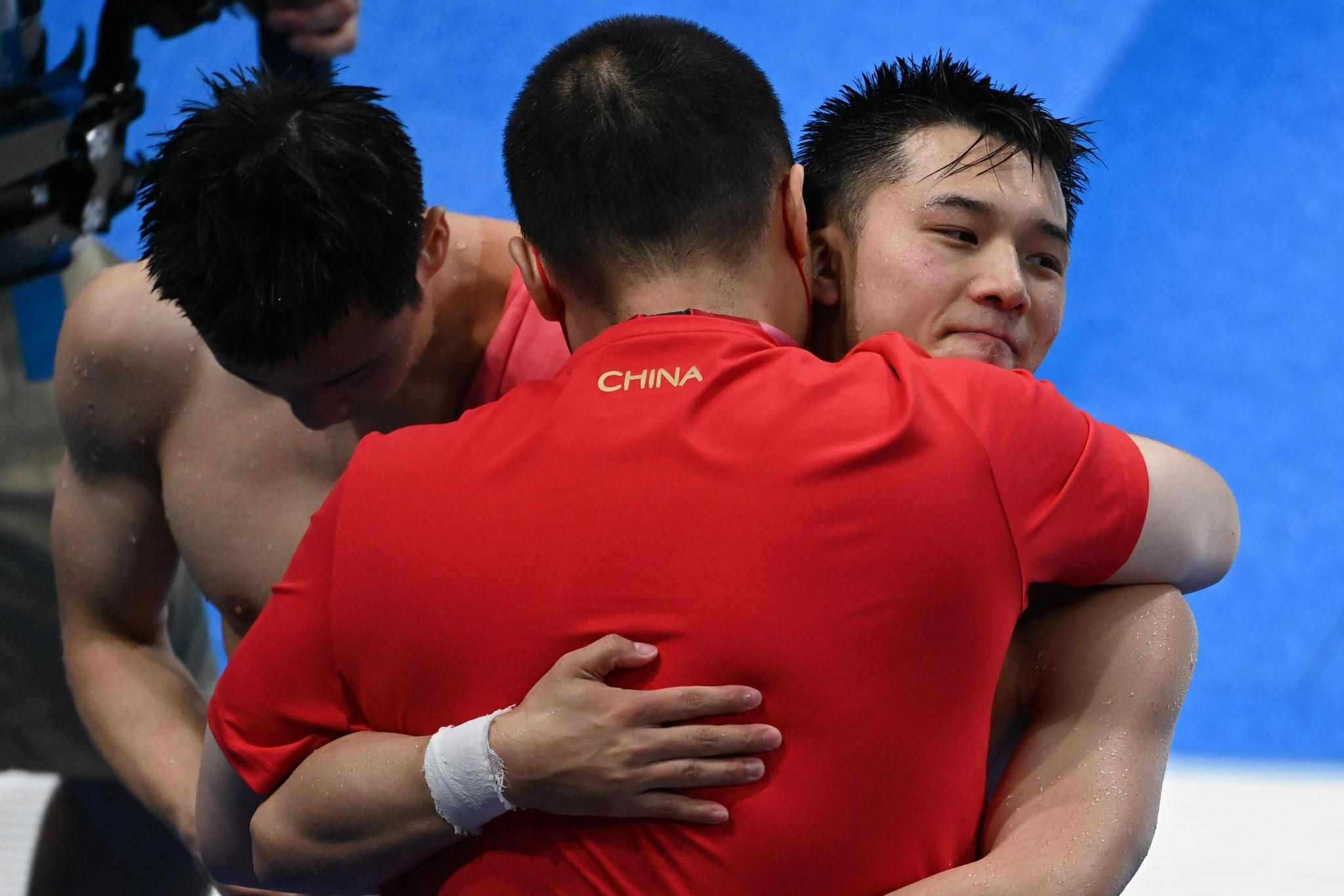赛后,教练拥抱安慰陈艾森。