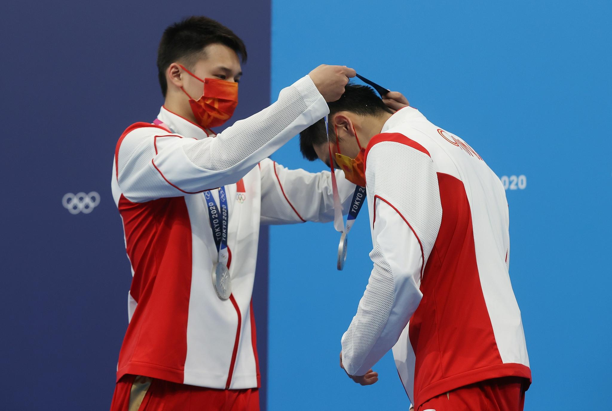 陈艾森为曹缘戴上银牌。