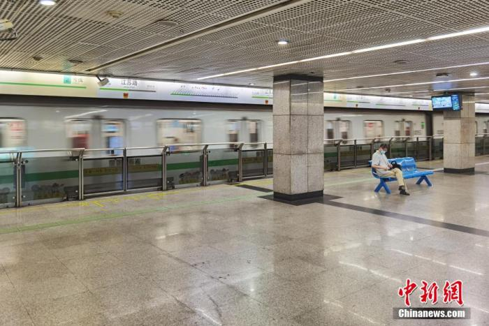 7月26日,上海地铁乘客稀少。当日,沪上部分企业允许员工居家办公。汤彦俊 摄