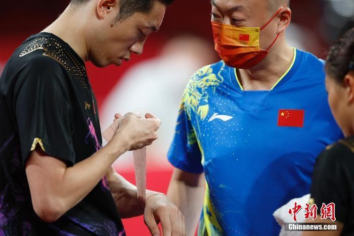 7月26日,东京奥运会决出了乒乓球项目的首枚金牌。在混双决赛中,中国组合许昕/刘诗雯在先胜2局的情况下遭遇逆转,以3:4惜败日本组合水谷隼/伊藤美诚,遗憾收获银牌。图为刘诗雯和许昕在比赛场地内。