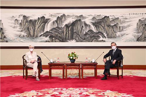 7月26日下午,国务委员兼外长王毅在天津会见美国常务副国务卿舍曼
