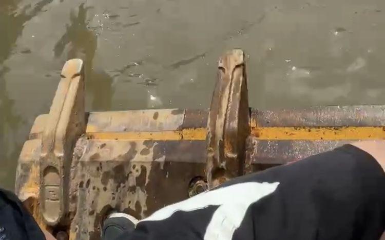 23日,关宏予站在铲车里参与救援。受访者供图