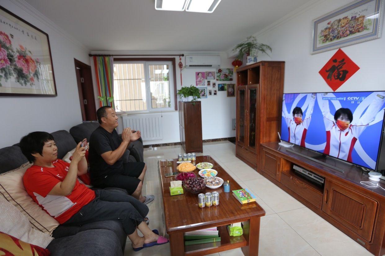 张家齐的父母通过电视直播看女儿比赛。新京报记者郑新洽摄