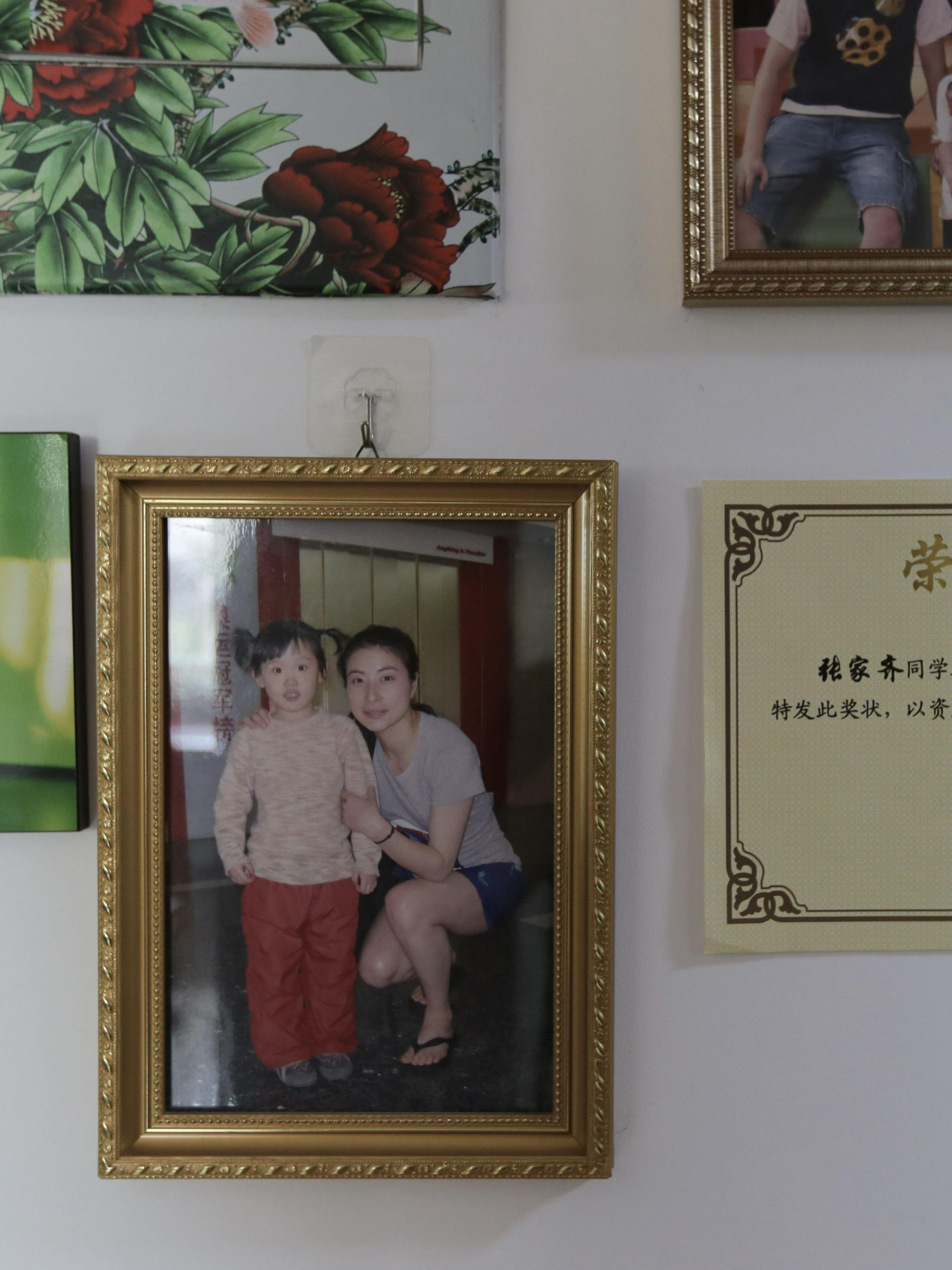 张家齐家墙上,挂着她5岁时与郭晶晶的合影。新京报记者郑新洽摄