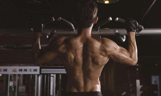 身高2米的小伙热爱健身,身材引人注目,深受大家