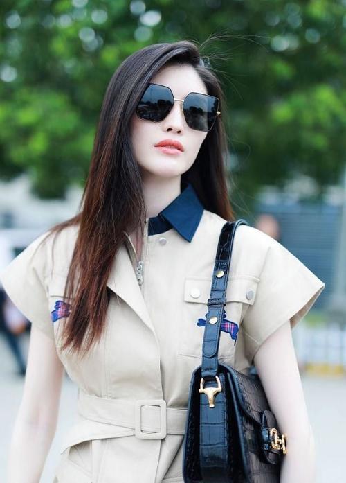 女模特现身机场,穿风衣裙变时髦精,穿搭迷人很有时尚感