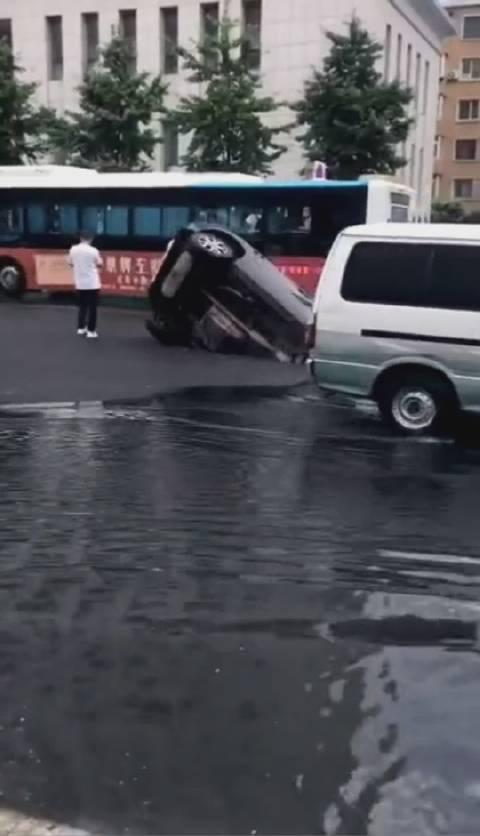 路面坍塌,吃了一辆车,吓人