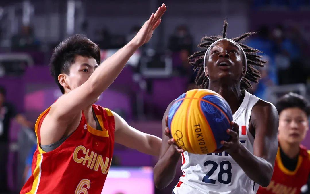 ▲铜牌赛,杨舒予防守法国队球员。图/新华社