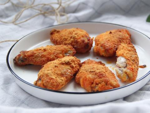 用咸蛋黄烤鸡翅,香咸美味,做法不难,好吃到舔手指
