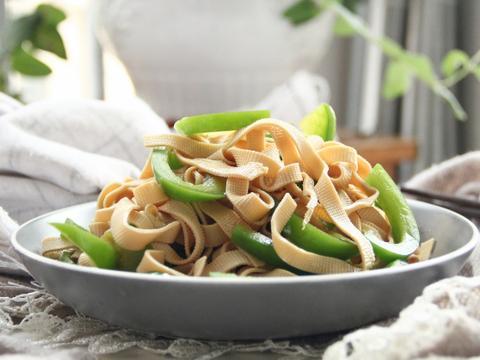 炎热夏天没食欲,试一试这道青椒拌千张,清新爽口又营养